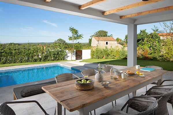 Stunning designer Villa with pool for 8 Persons with 2 baths