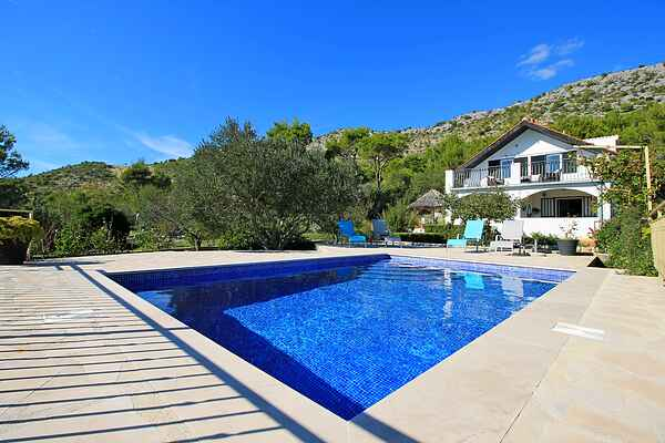 THE CAPTAIN`S HOUSE 6 km from sandy beach with heated pool