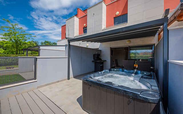 Hus med terrasse og bobblebad, ideel for familier