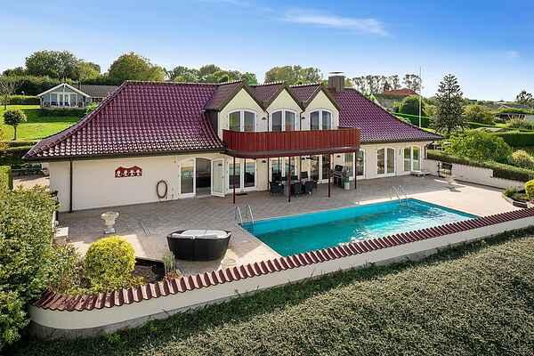 Fritidshus med pool og panoramavue over havet